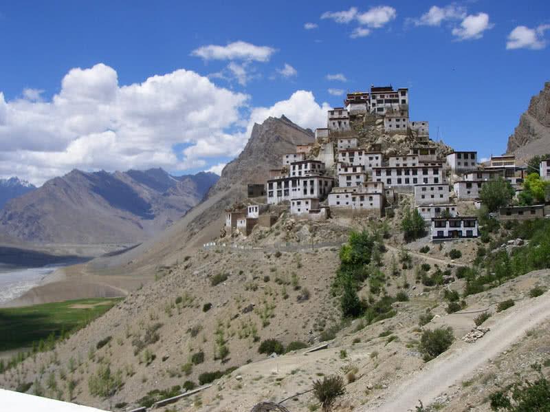 monasterio clave un monasterio budista suureal